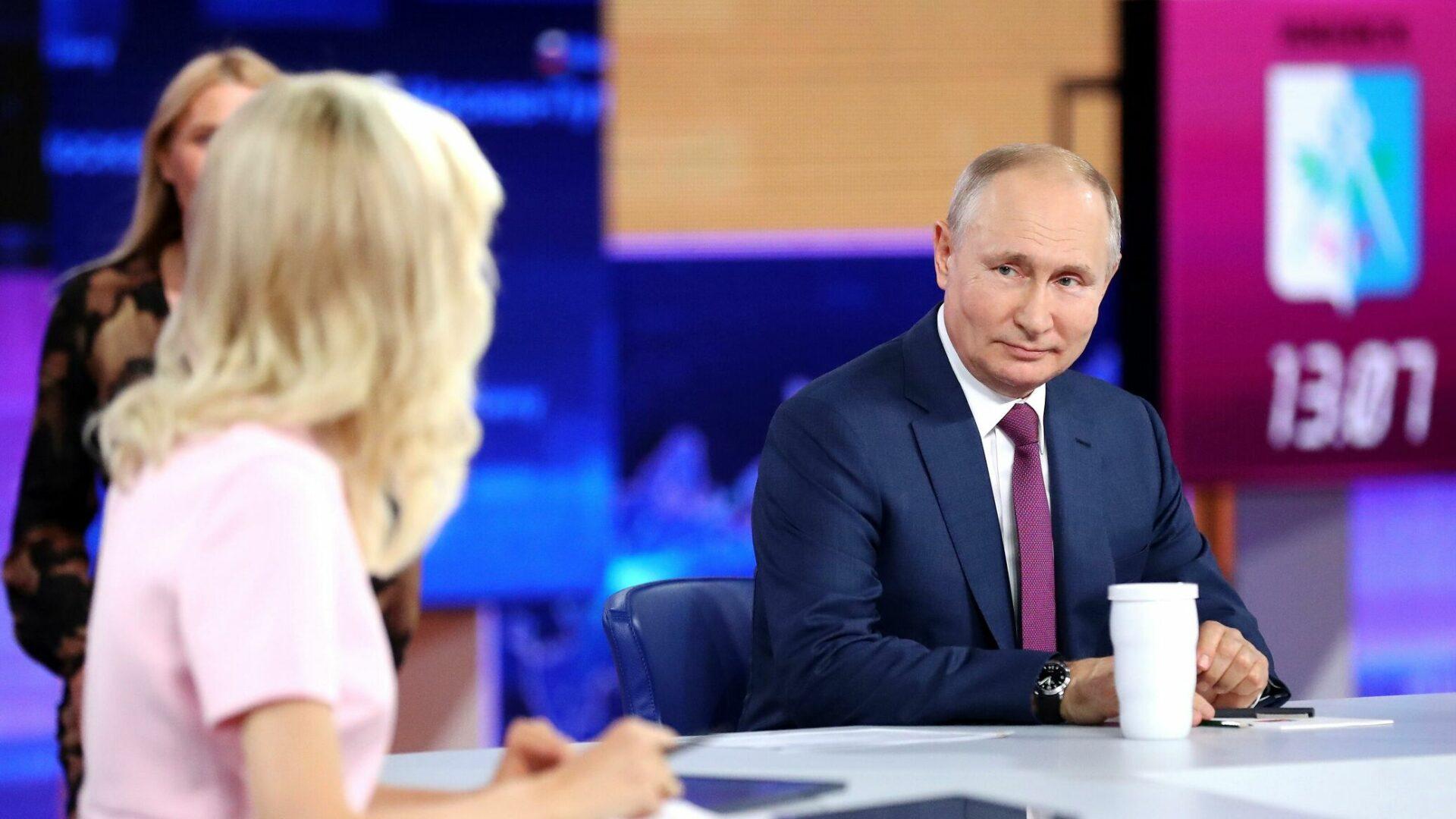 В Москве прошла восемнадцатая по счету прямая линия с президентом России Владимиром Путиным. Глава государства ответил на 68 вопросов жителей страны за три часа 42 минуты.