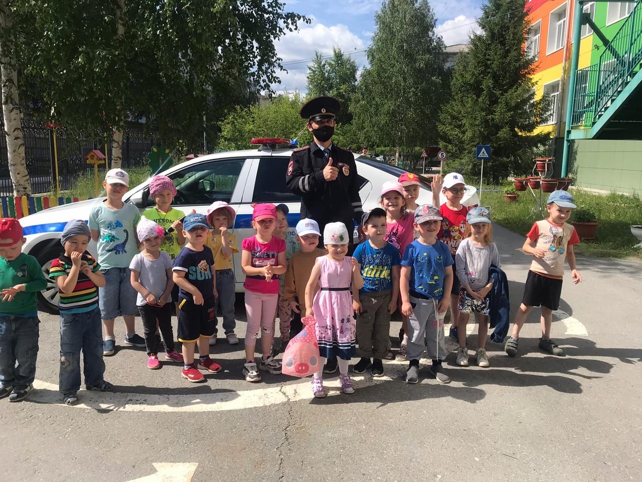 25 мая сотрудниками Югорской Госавтоинспекции в рамках окружной акции «Безопасное лето» в МАДОУ «Детский сад «Радуга» организовано профилактическое мероприятие «Безопасные велопрогулки», в котором приняли участие 10 групп воспитанников.
