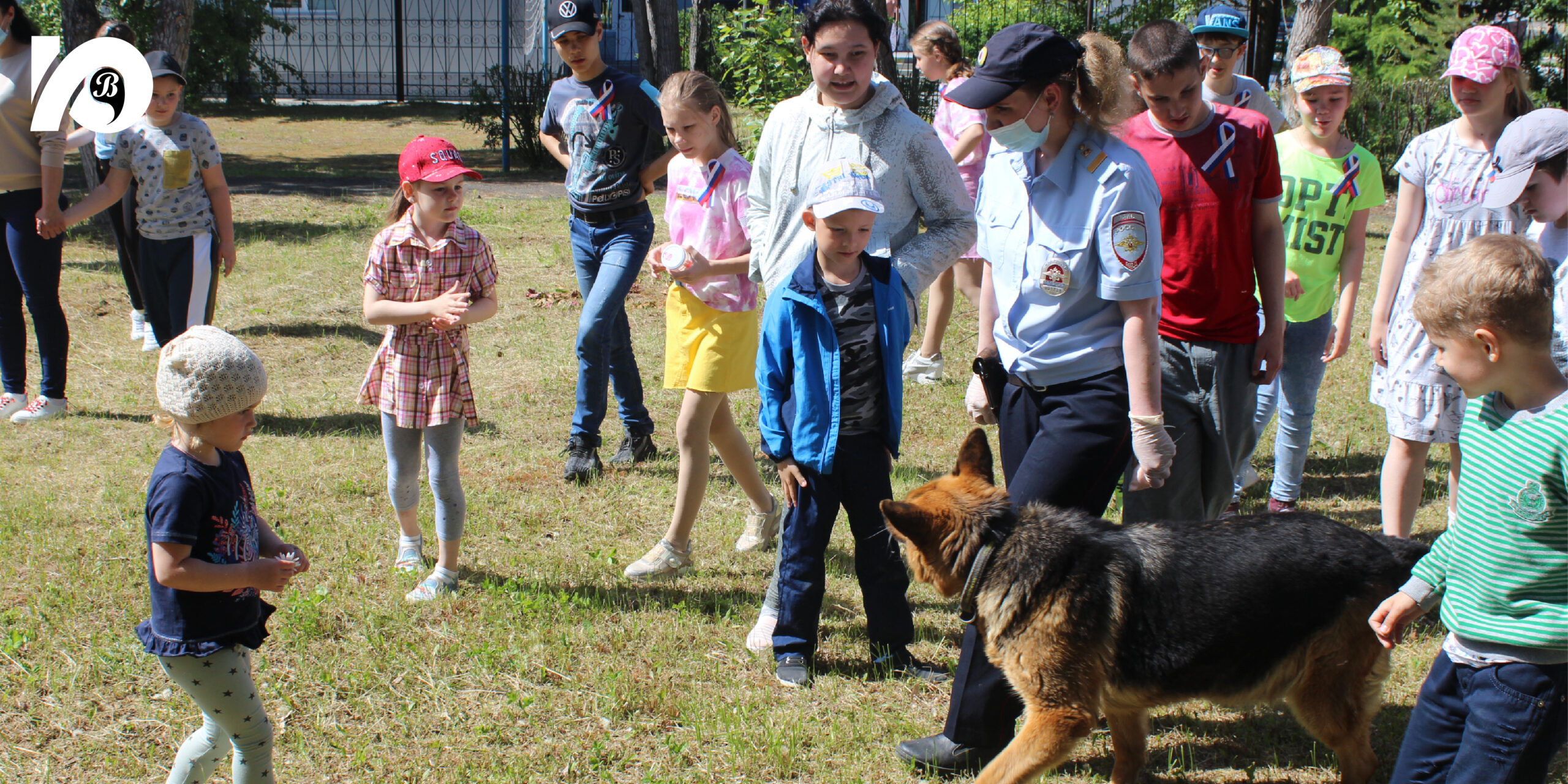 Сотрудники югорского ОМВД устроили детям и подросткам – подопечным югорского филиала Советского реабилитационного центра — яркий, запоминающийся праздник. Особенно ребятам полюбилась служебная собака по кличке Джерри.