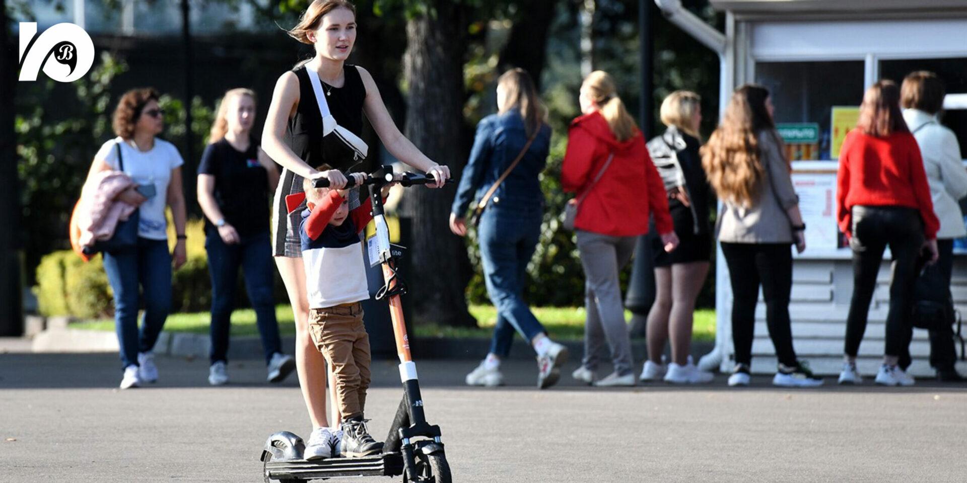 Все популярнее становятся электросамокаты и другие так называемые средства индивидуальной мобильности. И не смолкают споры: по каким правилам им ездить? Как вести себя на проезжей части? Или это пешеходы и их место на тротуаре?
