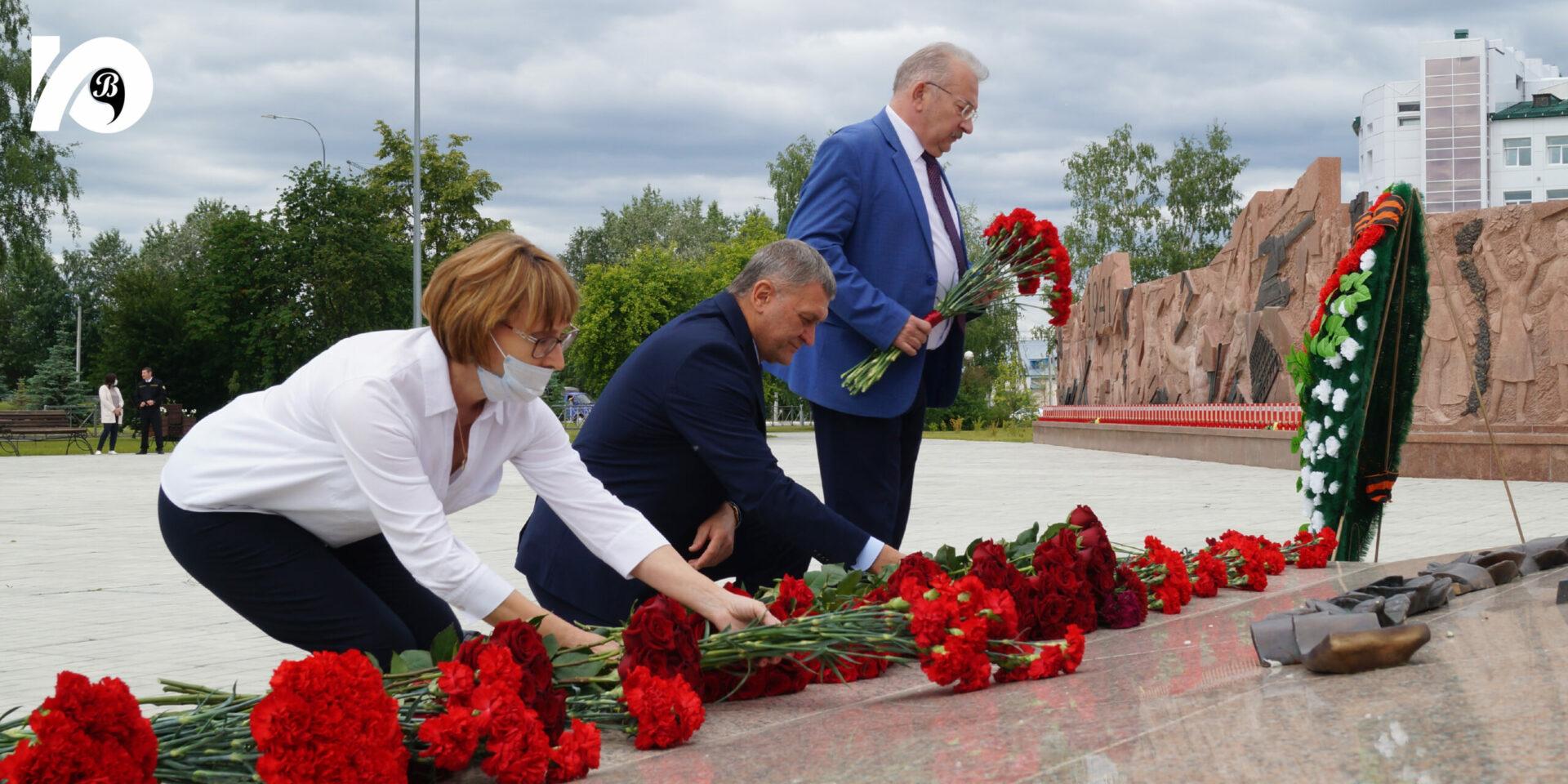 22 июня, в День памяти и скорби, югорчане пришли к мемориалу «Воинская слава», чтобы почтить героев, павших в боях Великой Отечественной войны.