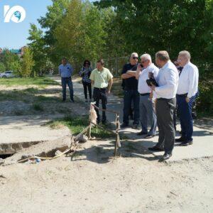 Возле школы № 5 обвалилась плита канализационного колодца. Сотрудники администрации взяли этот недочет на карандаш.