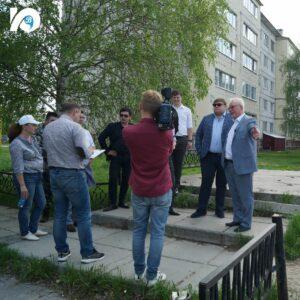 Траекторию действующего тротуара на улице Кирова жители хотели бы немного сместить в сторону, что повлияет и на расположение проезжей части. Депутат дал поручение профильному департаменту рассмотреть возможность таких перемен.