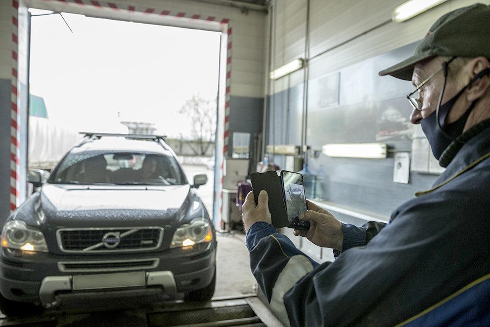 Автомобили в процессе техосмотра станут снимать со всех сторон, фотографировать будут и самого технического эксперта. Внести такие изменения предложил минтранс. Сейчас документ, предложенный ведомством, проходит общественное обсуждение. Эксперты считают, что такое ужесточение правил приведет к росту расходов автовладельцев на техосмотр.