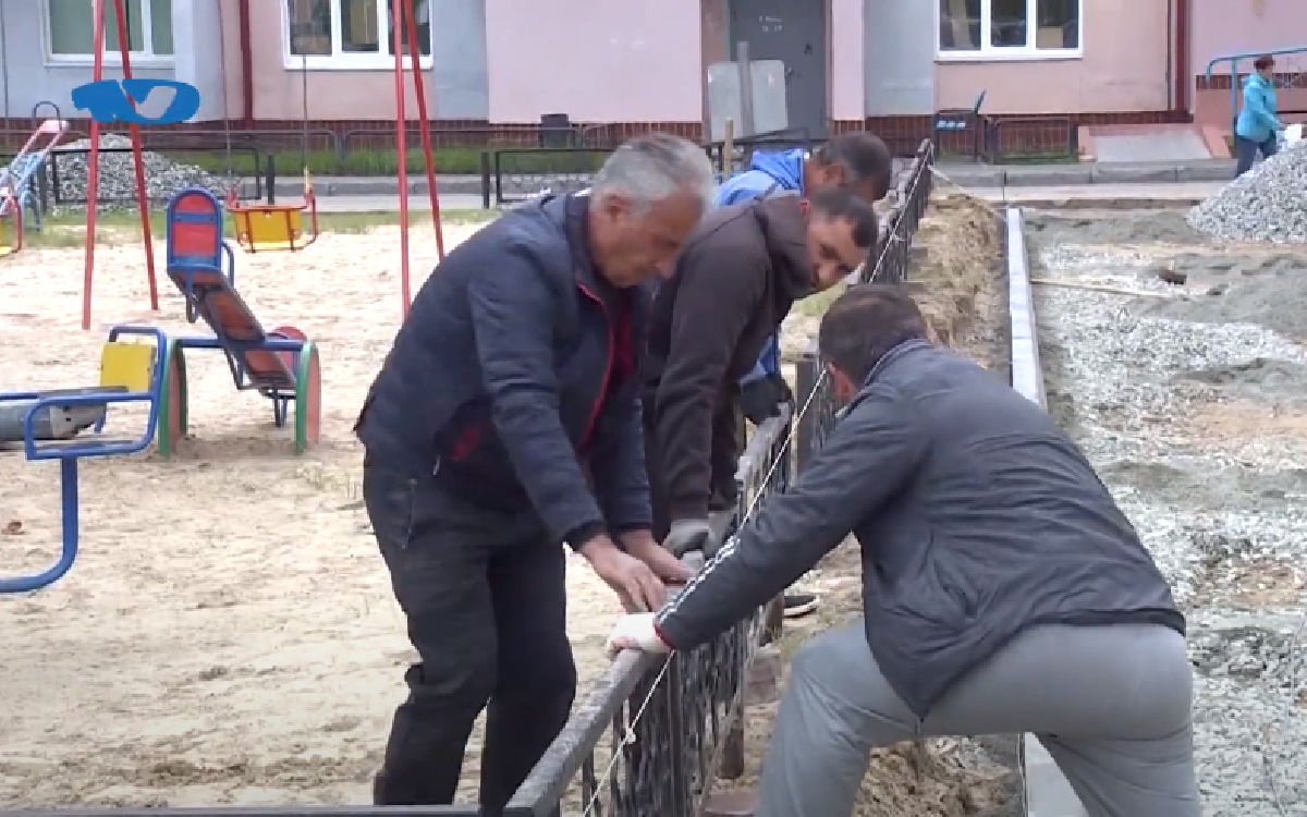 Более 12 млн рублей в этом году выделено на реализацию программы «Формирование комфортной городской среды». На эти день будут благоустроены четыре дворовых территории. Промежуточный этап работы оценили заказчики, а также представители общественного совета города Югорска и Общественного народного фронта.