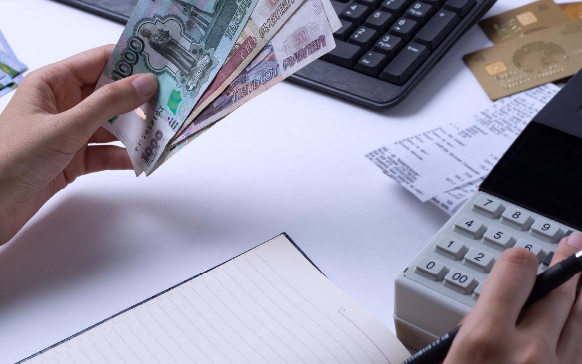 Минимальный размер оплаты труда (МРОТ) в 2022 году предлагается повысить на 6,4% - до 13 617 рублей в месяц. Проект федерального закона, устанавливающего минимальный размер оплаты труда на следующий год, сегодня рассмотрит Российская трехсторонняя комиссия.