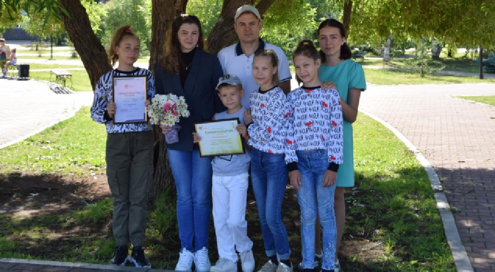 Сегодня в преддверии Дня семьи, любви и верности были вручены югорским семьям свидетельства участников окружного конкурса «Семья – основа государства».