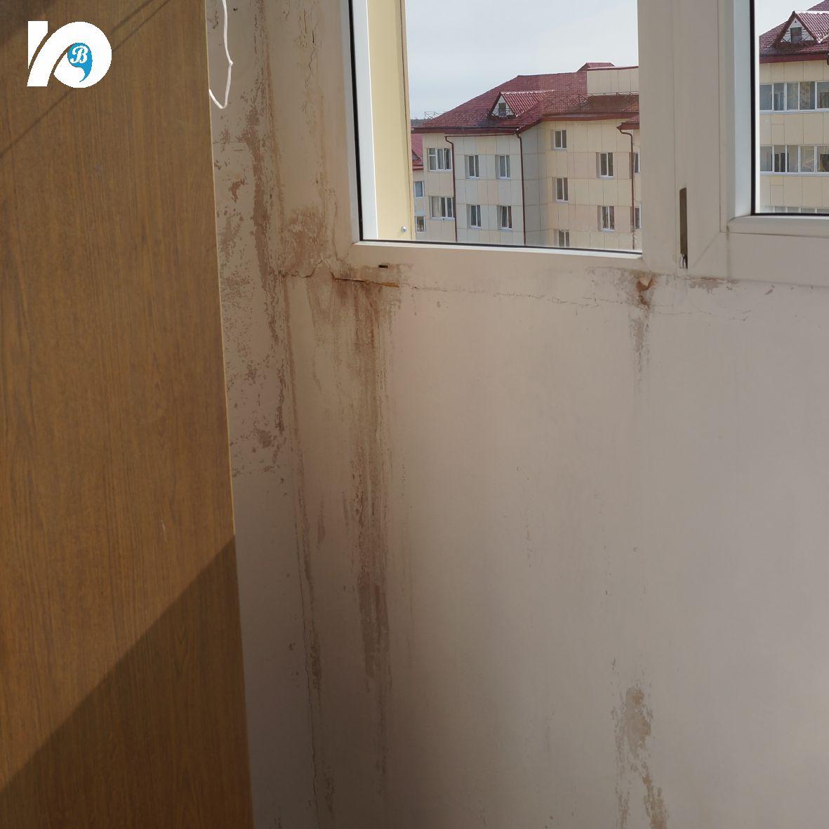 Глава города и депутаты хотят разобраться, почему стены промерзают, а счетчики врут. Промерзающие балконы, нехватка парковочных мест и контейнерных площадок – это лишь часть проблем, которые успели обсудить глава Югорска Андрей Бородкин и депутаты Михаил Бодак и Ирина Данилова во время обхода микрорайона «Авалон».
