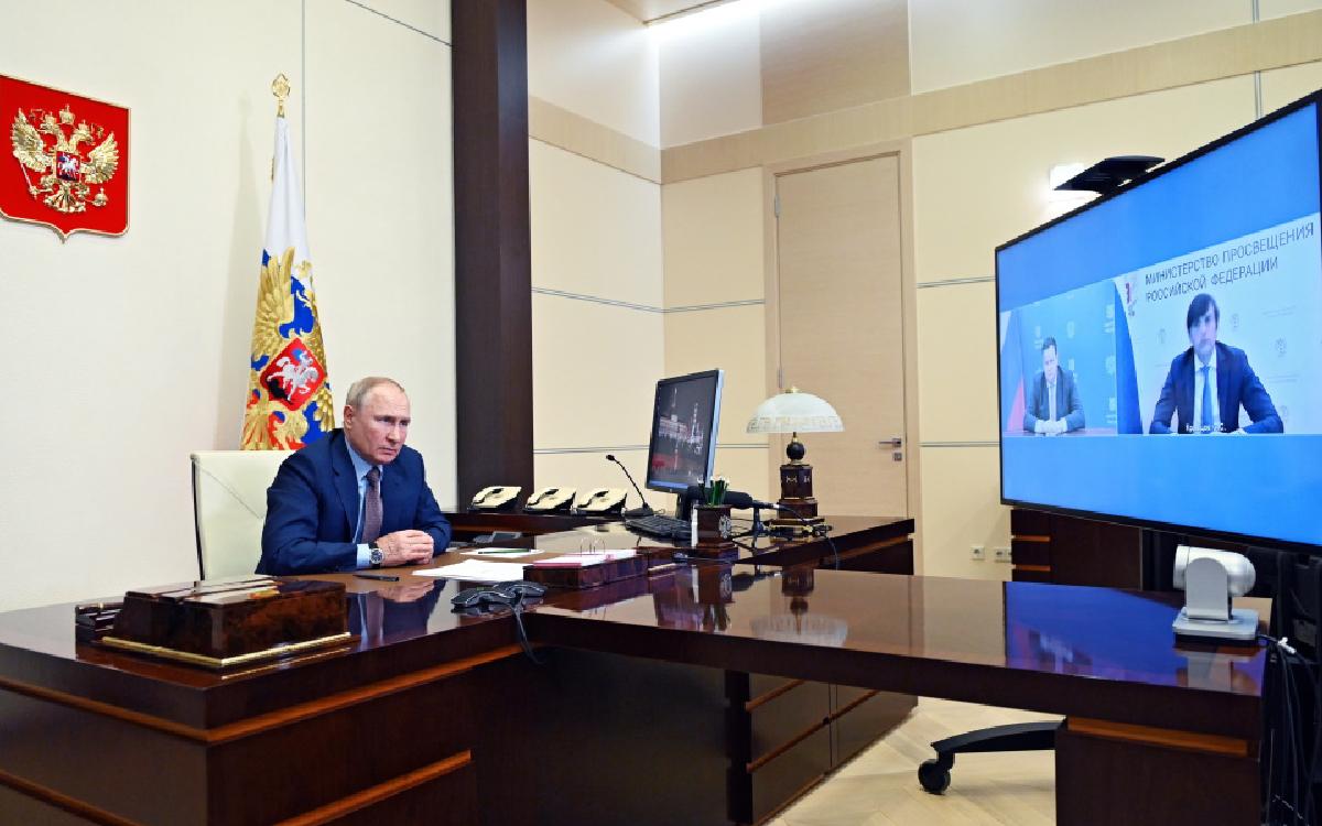 Владимир Путин поручил начать выплаты на школьников со 2 августа