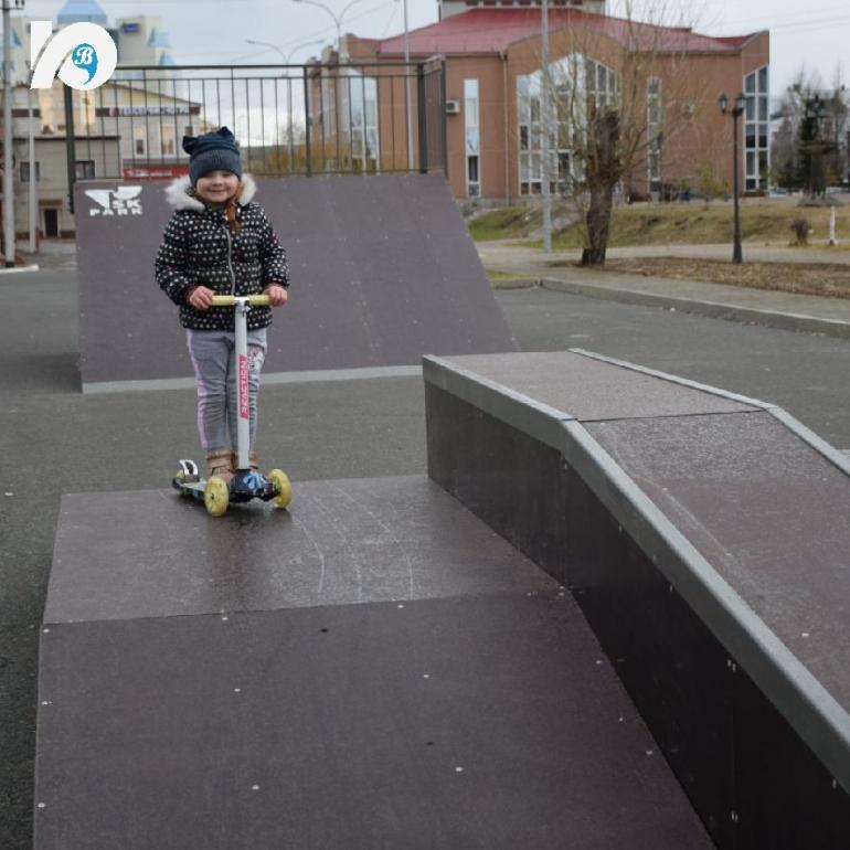 В центре Югорска обустроен новый скейт-парк. В преддверии летних каникул в самом центре города, в сквере за Газпромбанком, появился новый скейт-парк. Юные любители экстрима с нетерпением ждали этого события и сразу же опробовали новые трамплины и рампы.