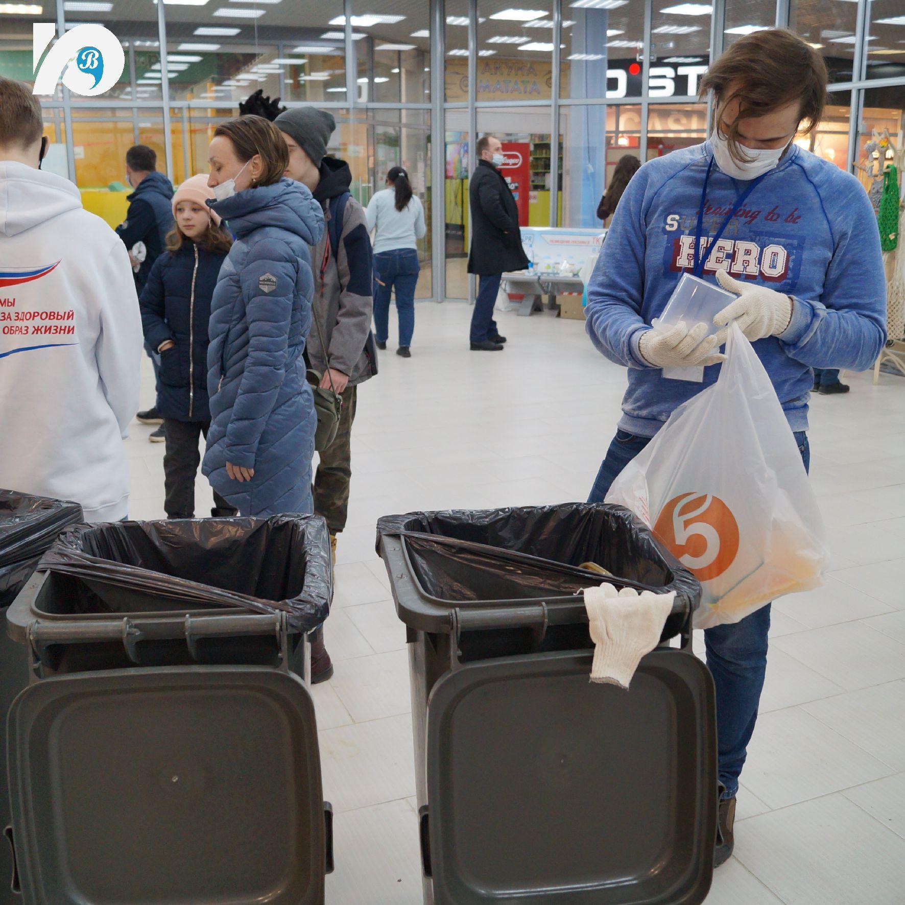 В Югорске прошла первая экоакция по раздельному сбору отходов. Макулатуру, пластиковые и стеклянные бутылки, крышечки, батарейки – все это в минувшие выходные югорчане несли в ТЦ «Столичный Плаза». 10 апреля там состоялась экологическая акция по раздельному сбору мусора.