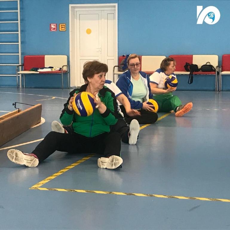 Совсем недавно югорские спортсмены из Центра адаптивного спорта побывали в Когалыме, где провели серию мастер-классов по волейболу сидя и игре бочче, а также приняли участие в соревнованиях по этим видам.