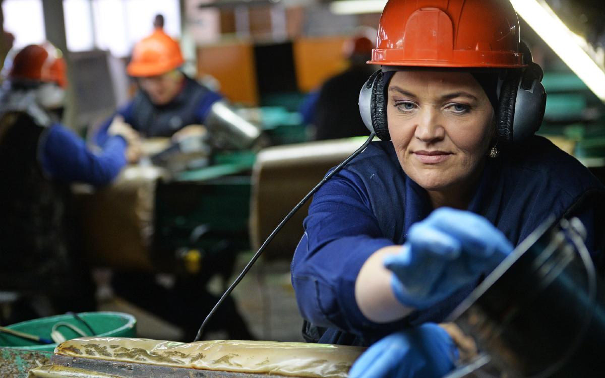 Минтруд уточнил перечень запрещенных для женщин профессий