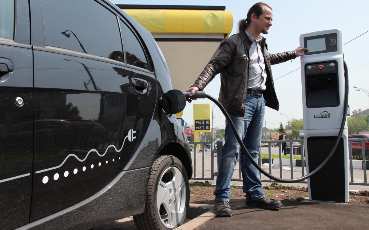 Покупатели смогут сэкономить при покупке электромобилей, собранных в России, больше полумиллиона рублей. Максимальный размер скидки составит 25% от стоимости авто - 625 тысяч рублей от цены в 2,5 млн рублей. Дату старта программы определит правительство.