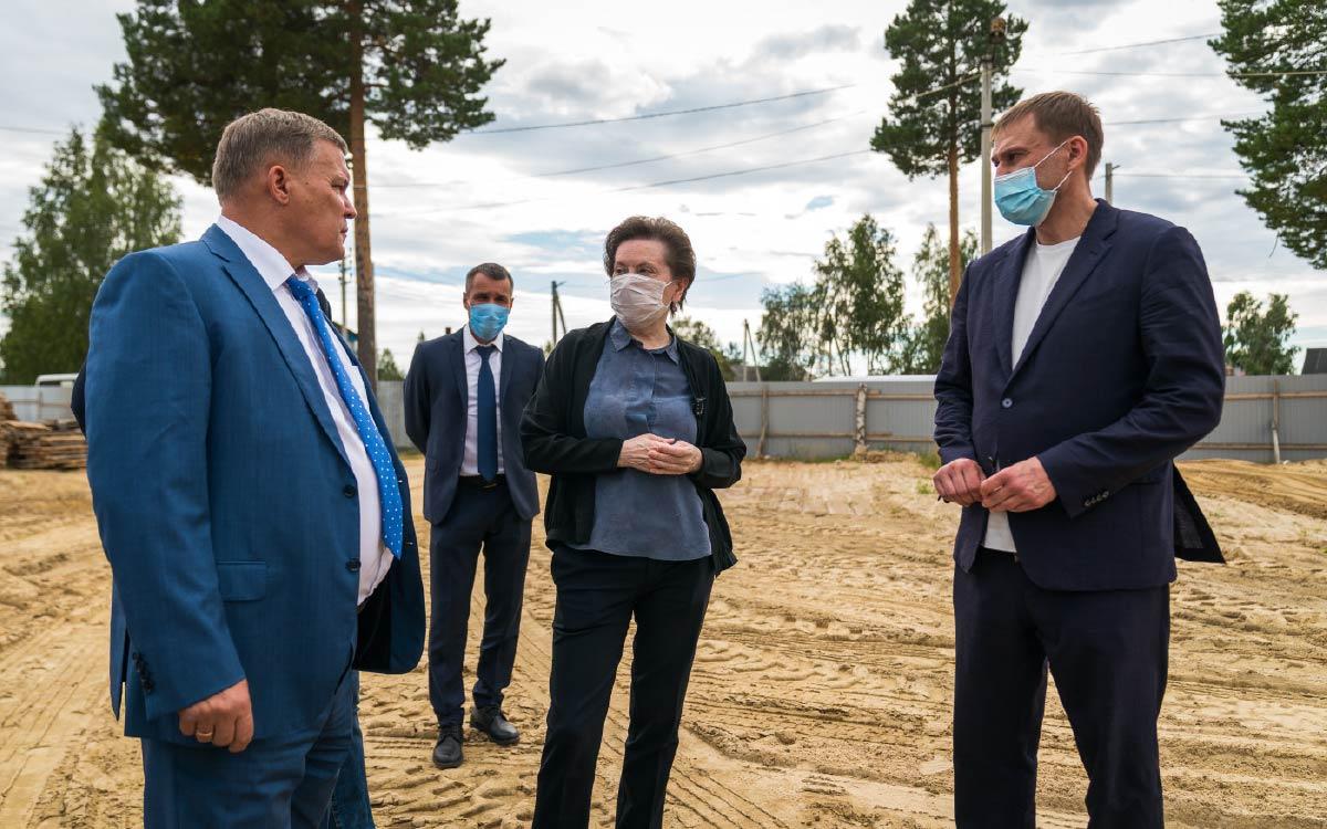 Строительств комплекса «школа – детский сад» вместе с общественностью оценила губернатор Югры Наталья Комарова в ходе рабочего визита в деревню Ушья Кондинского района.