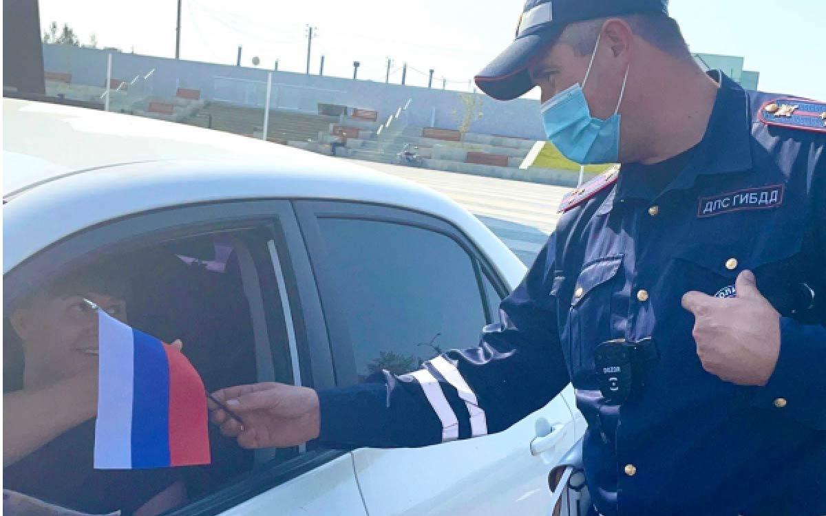 Госавтоинспекторы Югорска дарят автолюбителям символ нашего государства – флаг Российской Федерации