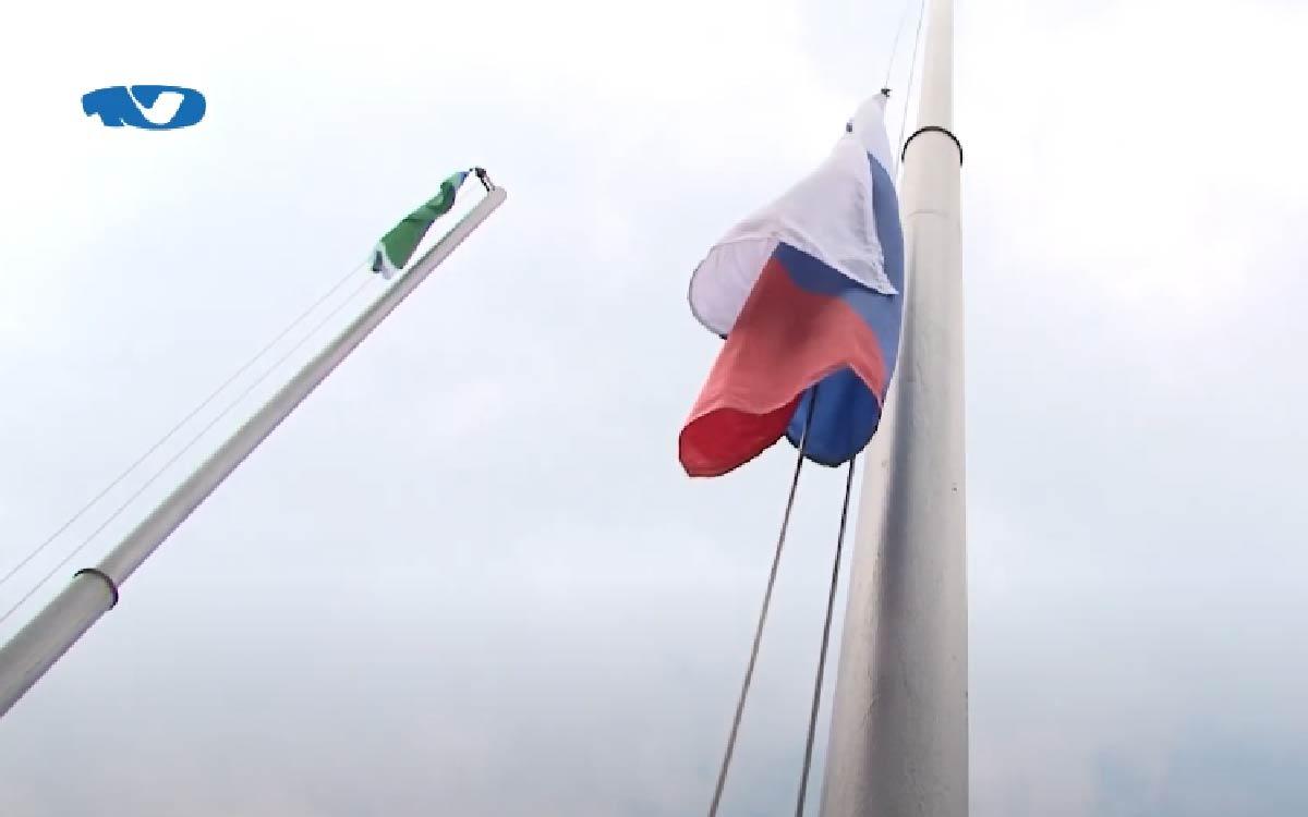 22 августа 1991 года бело-сине-красный стяг вновь получил статус национального флага России. Напомню, общая его история насчитывает более 300 лет. Чуть позже был учрежден официальный праздник, который также приходится на памятную дату. С тех пор триколор является символом единства, силы, процветания и благополучия нашей страны. В этот день во всех городах проходят торжественные мероприятия. Благодаря снятым ограничениям, в Югорске их удалось провести на свежем воздухе с присутствием гостей.
