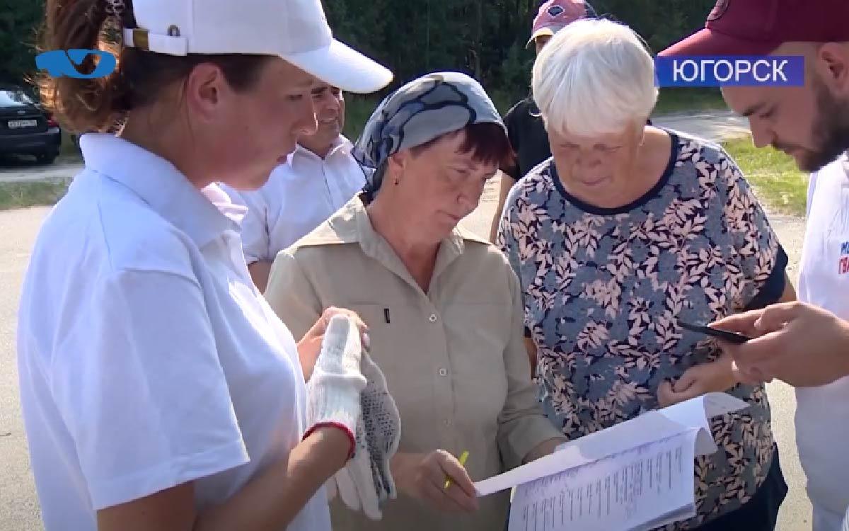 В Югорске волонтёры следят за захоронениями фронтовиков. В очередной свой трудовой десант они убрали мусор, траву, покрасили оградки и установили именные таблички.