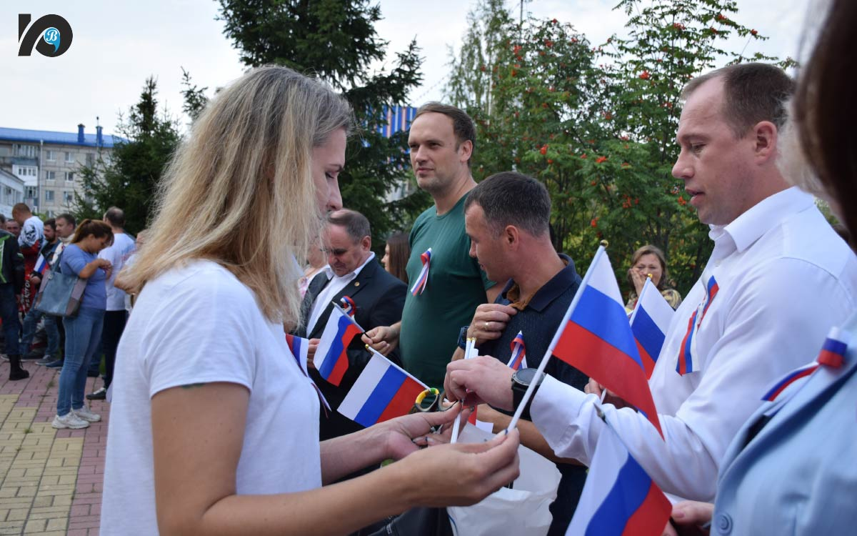 Югорчане отметили День Российского флага. В этом году российский триколор отмечает круглую дату – ровно 30 лет он находится в статусе национального флага страны. В минувшее воскресенье на Фонтанной площади в его честь состоялось торжественное мероприятие.