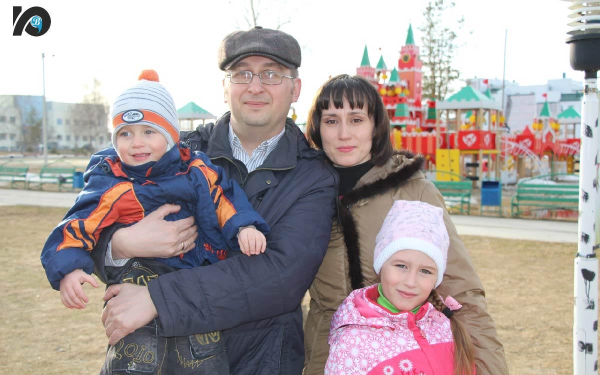Павел Павленко с женой Юлией, сыном Макаром и дочкой Катей.