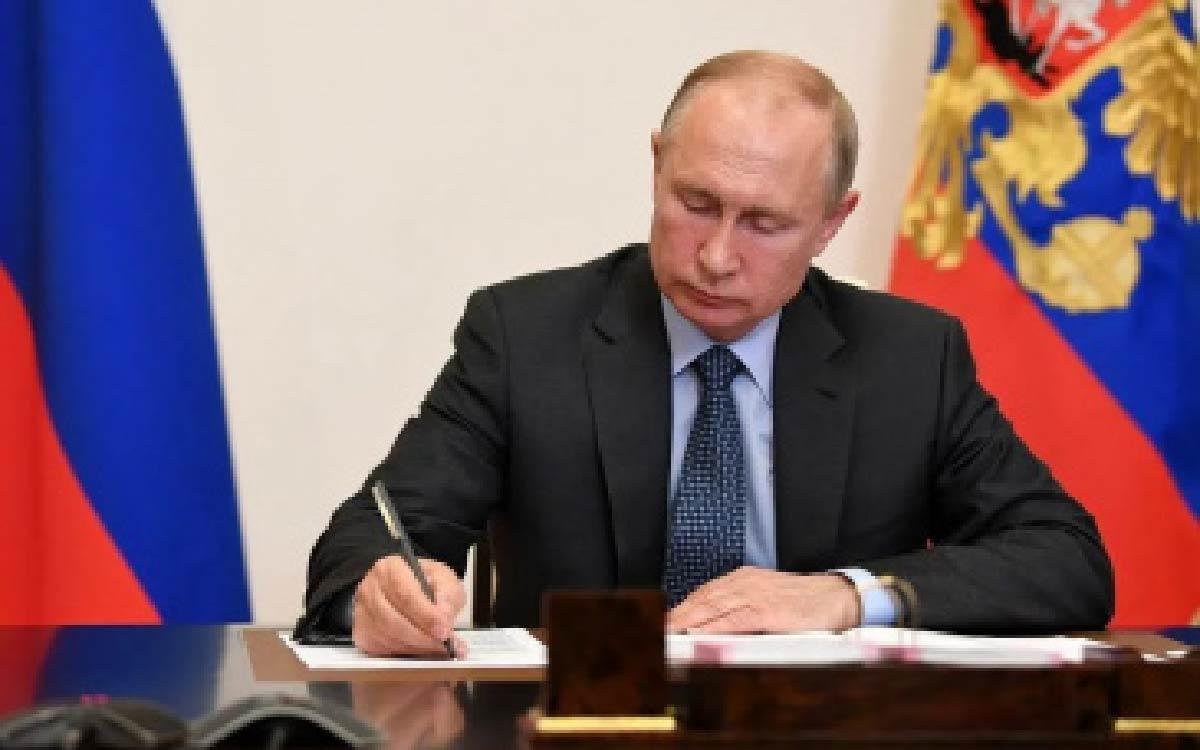 Президент Владимир Путин подписал указы о единовременной выплате пенсионерам по 10 тысяч рублей в сентябре 2021 года