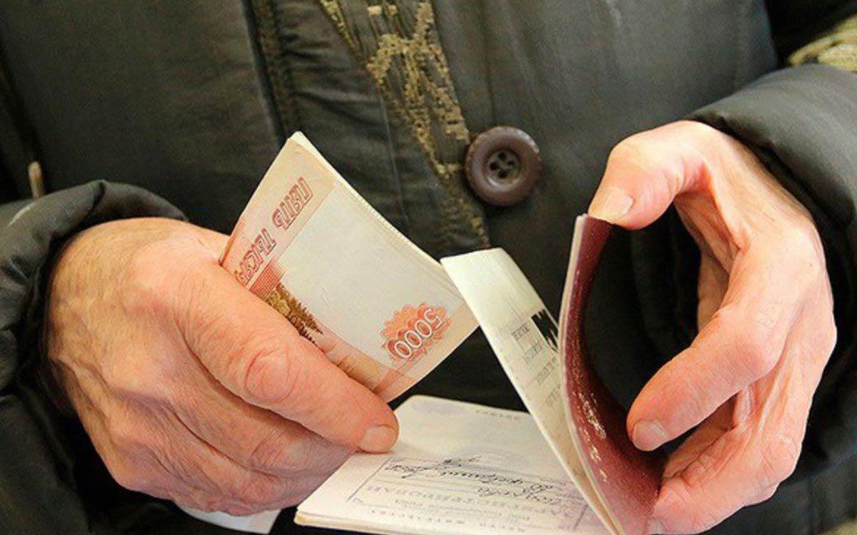 В ходе выступления на съезде партии «Единая Россия» Президент РФ Владимир Путин предложил осуществить единоразовые выплаты пенсионерам в качестве меры соцподдержки. Глава государства уже подписал соответствующие указы.