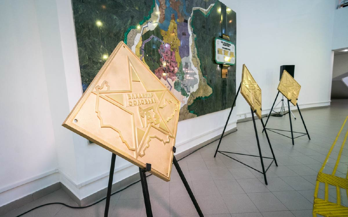 В Ханты-Мансийске установили три мемориальные плиты «Звезды Югры»