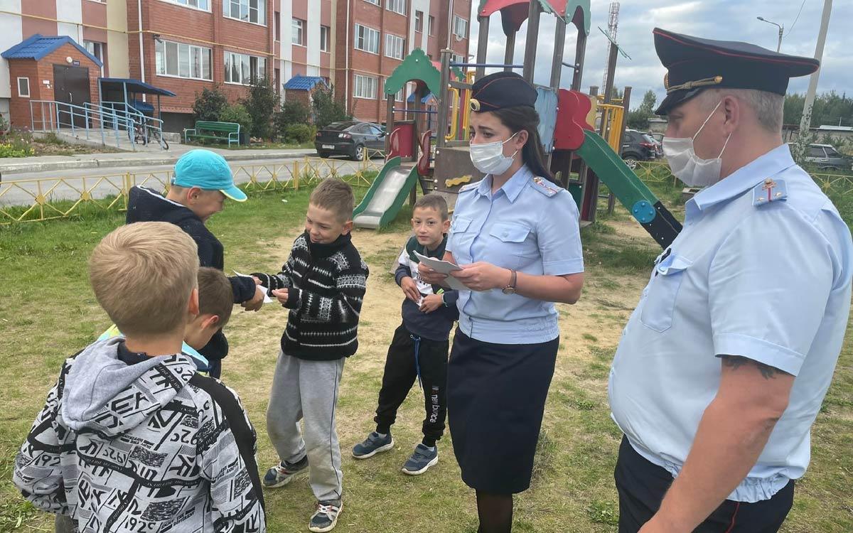 Сотрудники Госавтоинспекции совместно с инспекторами ОДН патрулируют дворовые территории
