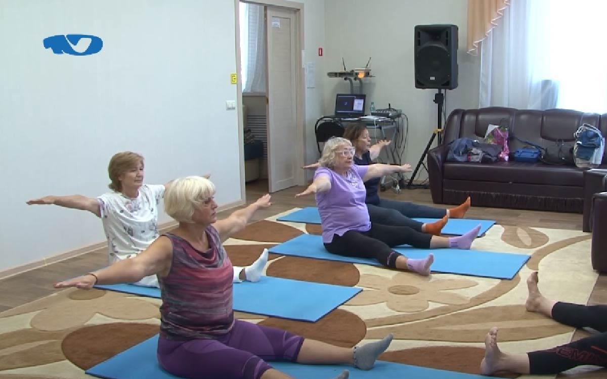 Правильное дыхание для здоровья и бодрости – в отделении реабилитации комплексного центра социального обслуживания населения пожилых людей учат полезным упражнениям. Пилатес, скандинавская ходьба и ЛФК – это лишь несколько направлений, которые могут посещать югорчане старше 60 лет, в том числе и с инвалидностью. Подопечные учреждения, которые хотят вести здоровый и активный образ жизни, приходят сюда регулярно. Есть среди них и те, кто перенес коронавирус и сейчас занимается восстановлением организма после болезни.