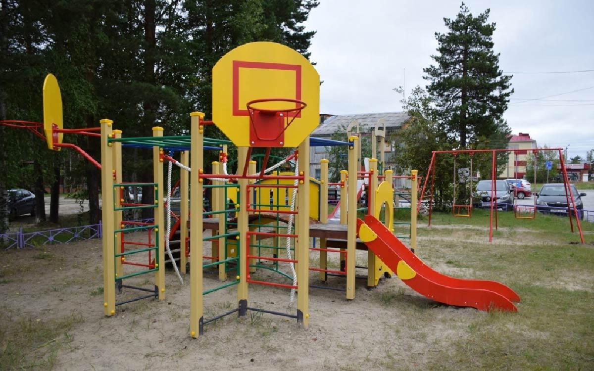 В Югорске установлены новые детские комплексы