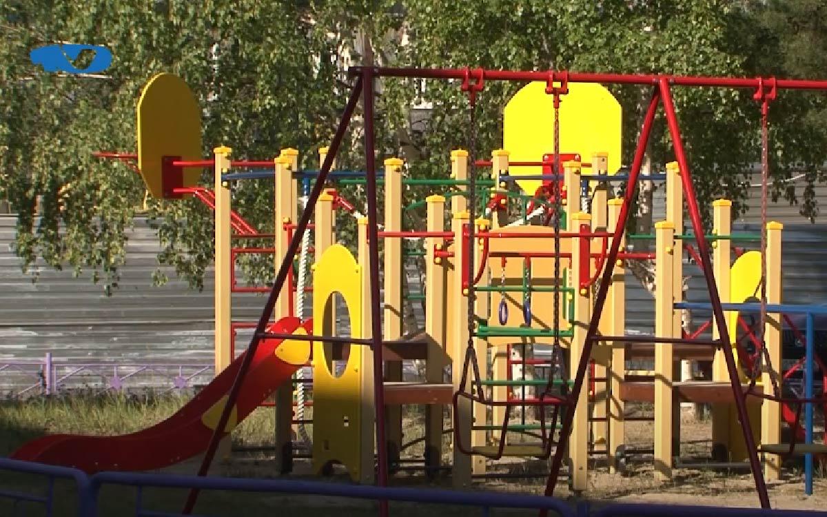 Установка и обустройство детской площадки входит в проект благоустройства городской среды. При этом можно организовать сразу несколько зон для ребят разного возраста, и это позволяет сделать территорию более функциональной. Главное требование при этом – безопасность.