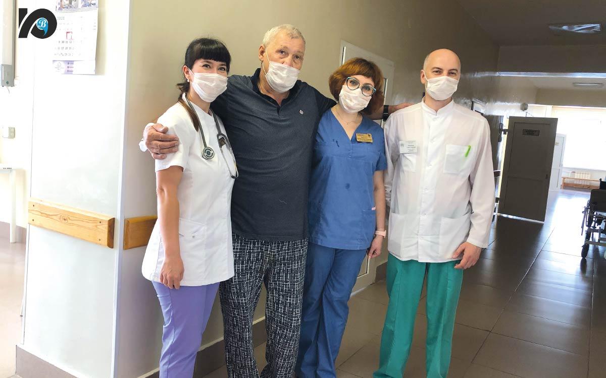Что думают о вакцинации пациенты, тяжело переболевшие COVID-19. В день фотосъемки Виктор Габдрафиков готовился к выписке из отделения терапии после перенесенной коронавирусной инфекции, получал последние назначения от врача, с удовольствием общался с журналистами, позировал в обнимку с медработниками, которые его буквально к жизни вернули. Но совсем недавно COVID-19 поставил под большой вопрос само будущее Виктора Александровича.