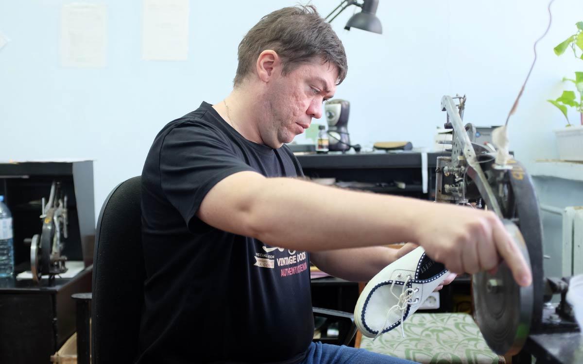 Поступив на работу в молодежный центр неопытным мальчишкой, сегодня Дмитрий Комаров - профессионал своего дела. Говорит, «Гелиос» дал ему главное - возможность трудиться и чувствовать себя полезным обществу.