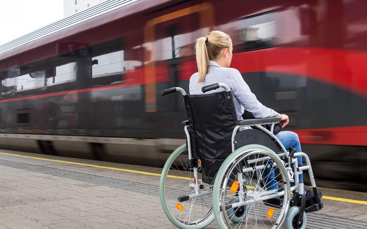 Льгота распространяется не только на граждан с инвалидностью, но и на сопровождающих. Размер скидки на билет в купейные вагоны и СВ - 55%. Получить ее могут участники программы «РЖД Бонус». Зарегистрироваться в программе можно через кассы дальнего следования или на сайте РЖДwww.rzd-bonus.ru.