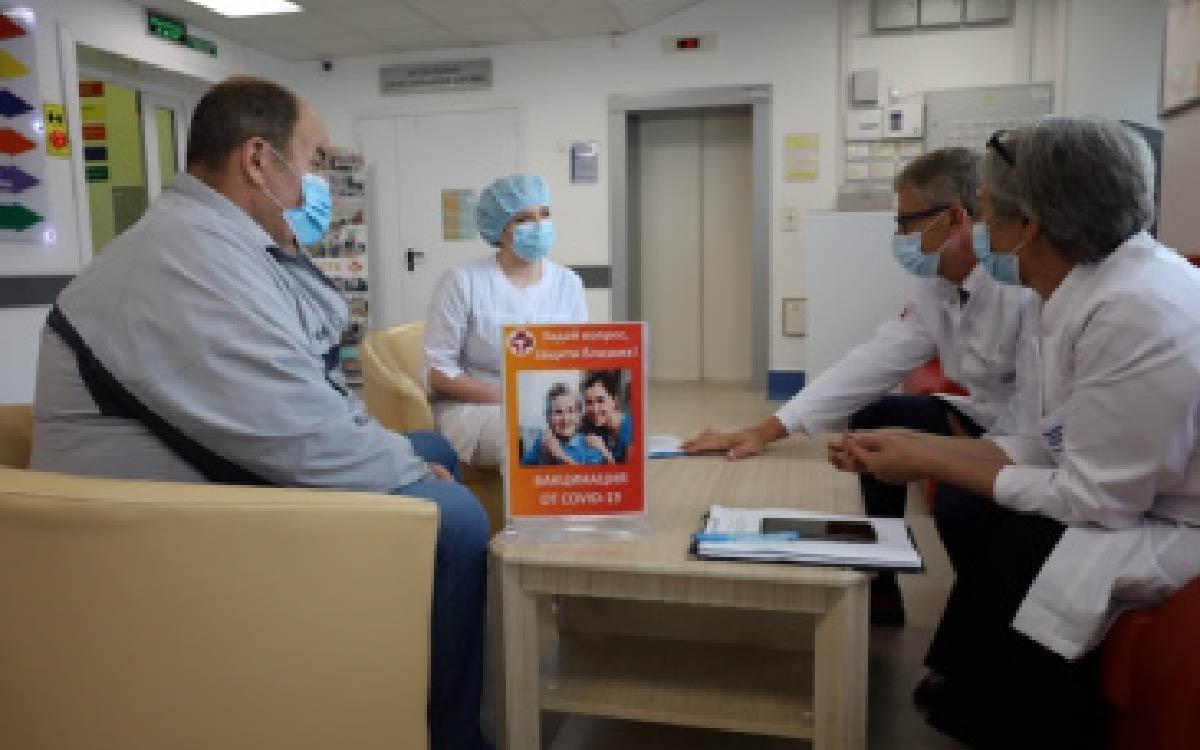 Сотрудники больницы продолжают разъяснительную работу с населением о необходимости вакцинации