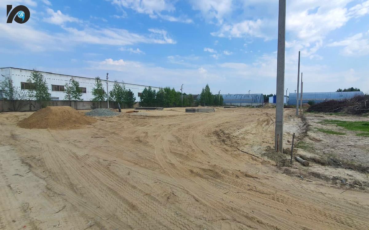 Началось строительство муниципального приюта: уже выровнена площадка под будущее строение, смонтированы плиты. Сейчас идет установка металлического забора.