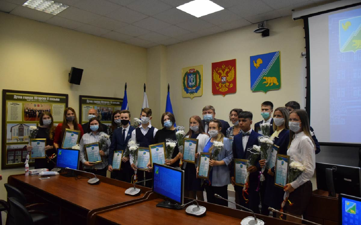 В администрации города Югорска Андрей Бородкин вручил заслуженные награды соискателям на Премию главы города.