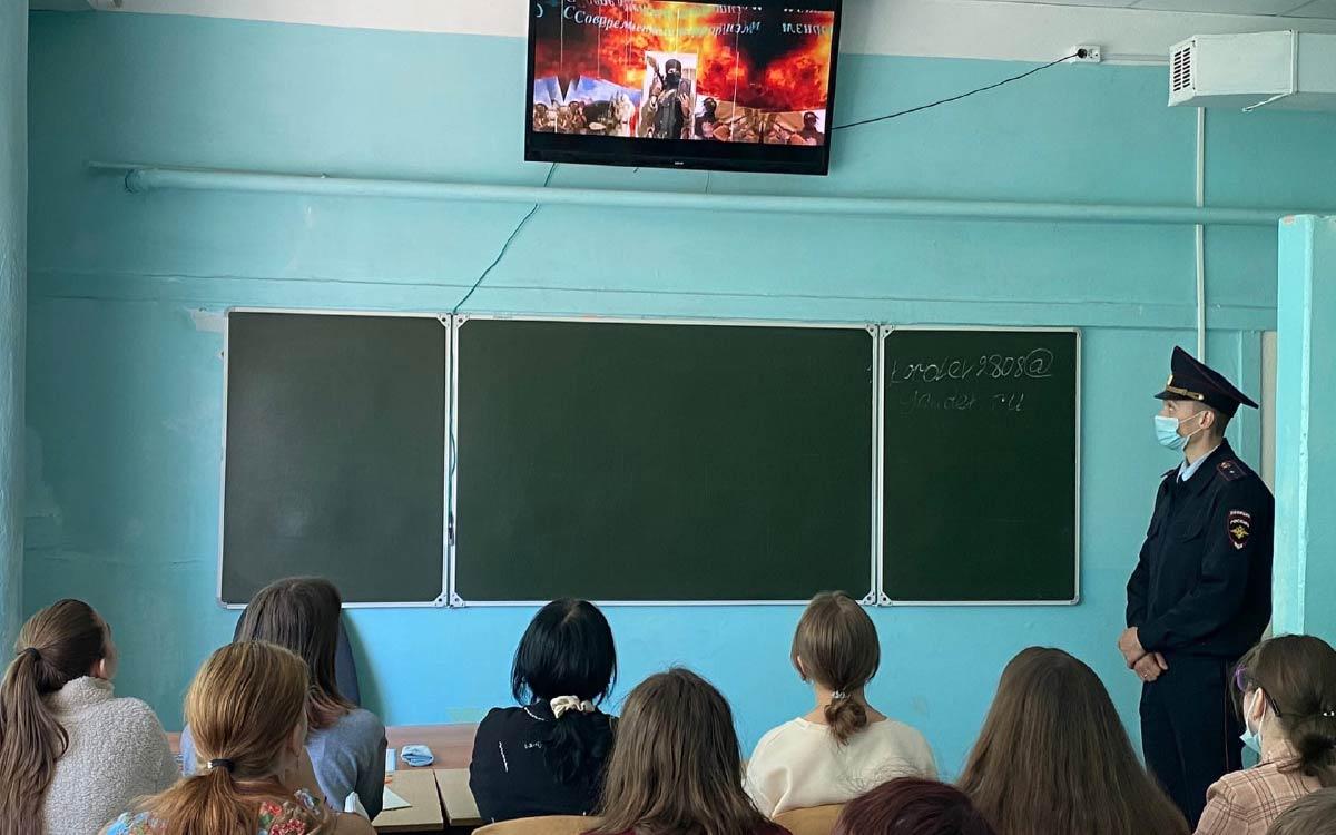 Общественники и стражи порядка проводят тематические беседы со студентами колледжа Югорск