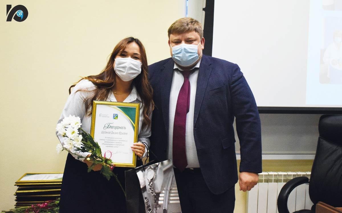 Глава города вручил награды. В этом году 20 югорчан стали лауреатами премии главы Югорска