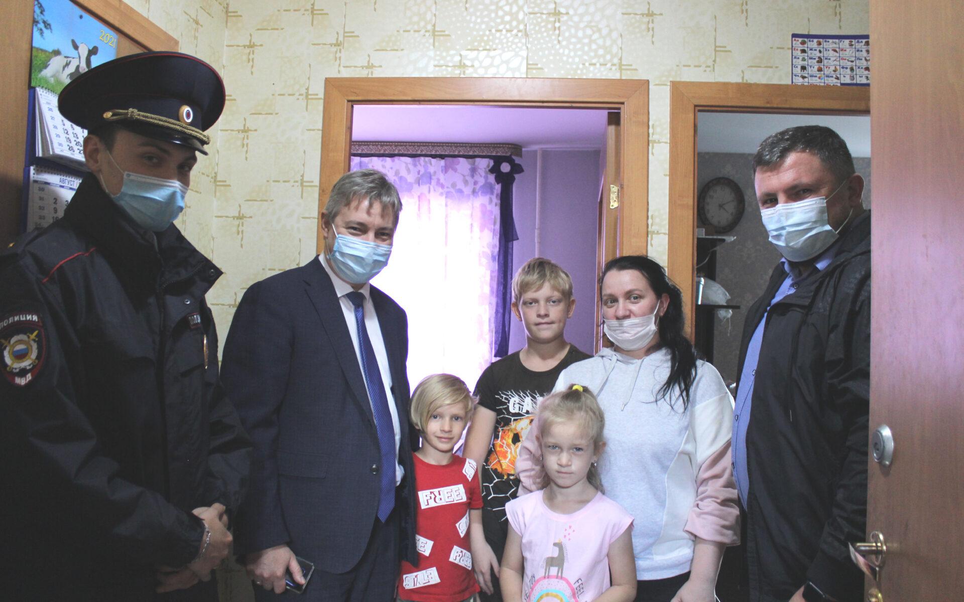 Общественники и полицейские Югорска приняли участие во Всероссийской акции «Помоги пойти учиться»
