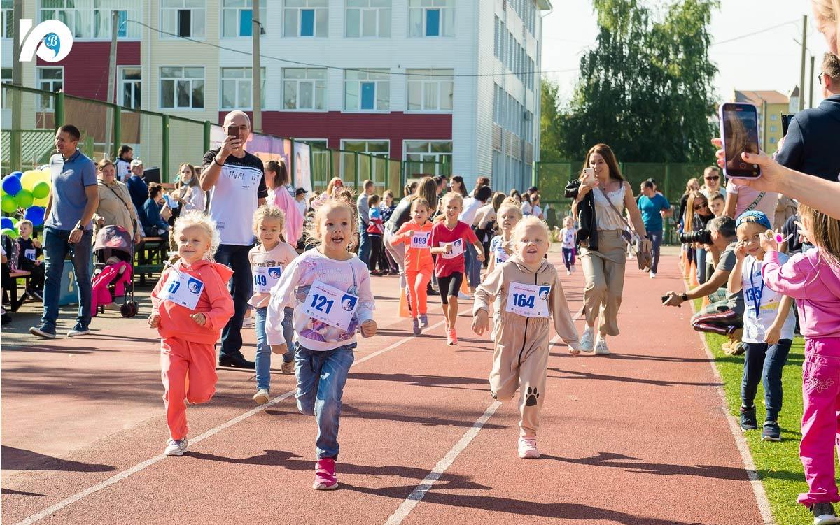 Настоящий спортивный праздник состоялся на стадионе гимназии – уже в четвертый раз в Югорске прошел массовый детский легкоатлетический забег «Бегущие сандалии».