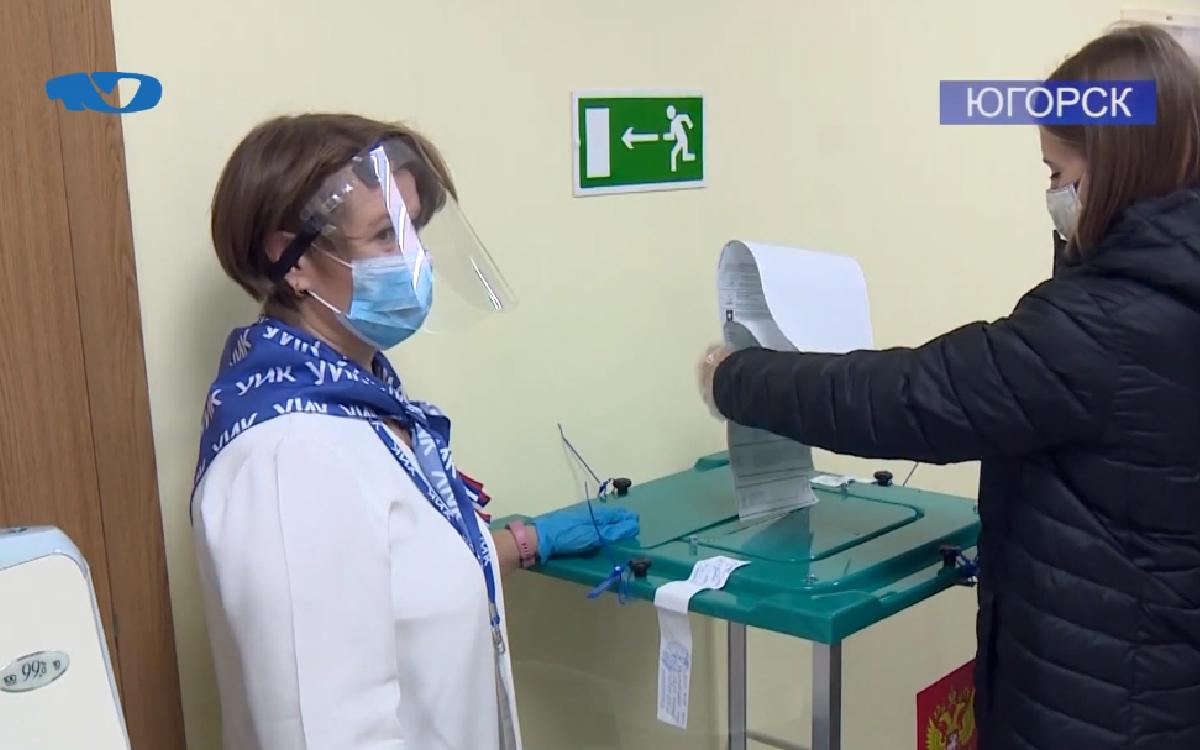 Завершились избирательная кампания 2021 года. Югра – единственный регион, где выборы в Государственную Думу были совмещены одновременно с двумя региональными кампаниями – в областной и окружной парламенты. Помимо этого на территории ряда муниципальных образований голосовали за кандидатов в депутаты в местные представительные органы власти. В Югорске 26 100 избирателей различной возрастной категории: на участки приходили и те, кому совсем недавно перешагнул порог совершеннолетия, и те, кому под 90 лет.