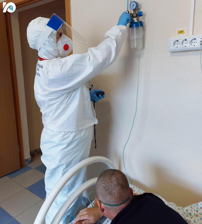 Состояние ковидных больных крайне нестабильно. Врачи неустанно контролируют таких пациентов - круглосуточно измеряют кислород в крови, температуру, давление.