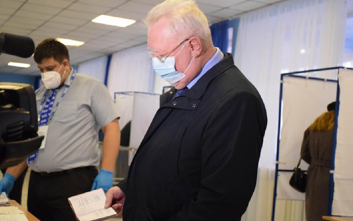 В числе первых проголосовавших - глава города Андрей Бородкин и заместитель председателя Думы Михаил Бодак. Они сделали свой осознанный выбор- выбор лучшего будущего для своей страны.