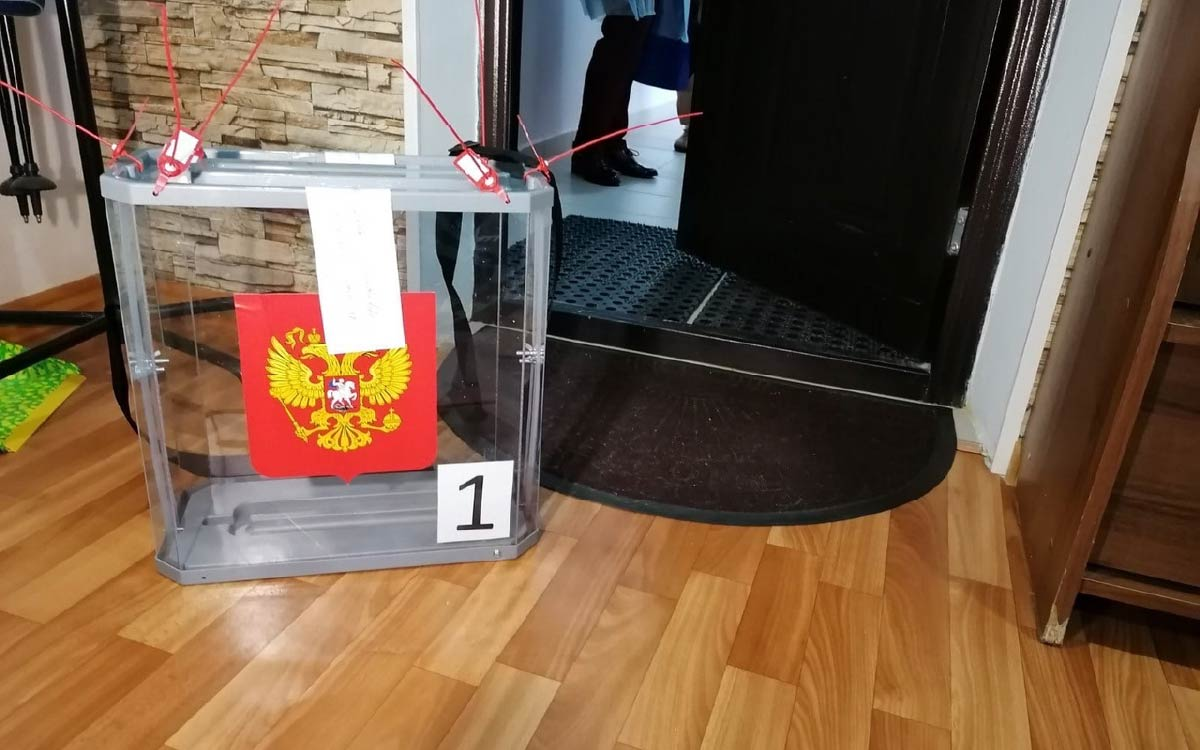 Активное участие в выборах югорчане принимают и на дому. Тем более в этом году список тех, кто может пригласить участковую избирательную комиссию домой расширился.