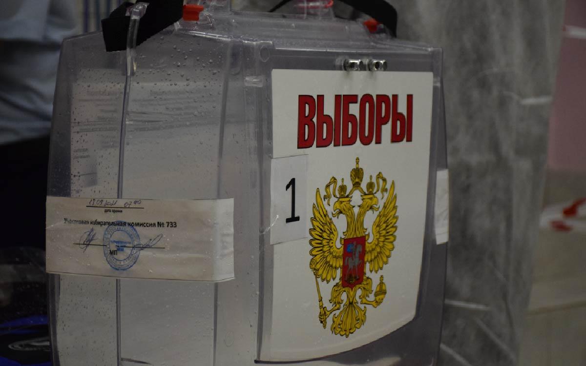 В Югорске жители продолжают голосовать не только на избирательных участках, но и на дому. Процедура перемещения бюллетеней с надомного голосования в сейф-пакеты, которые будут вскрыты только при подсчете голосов, открыта и прозрачна.