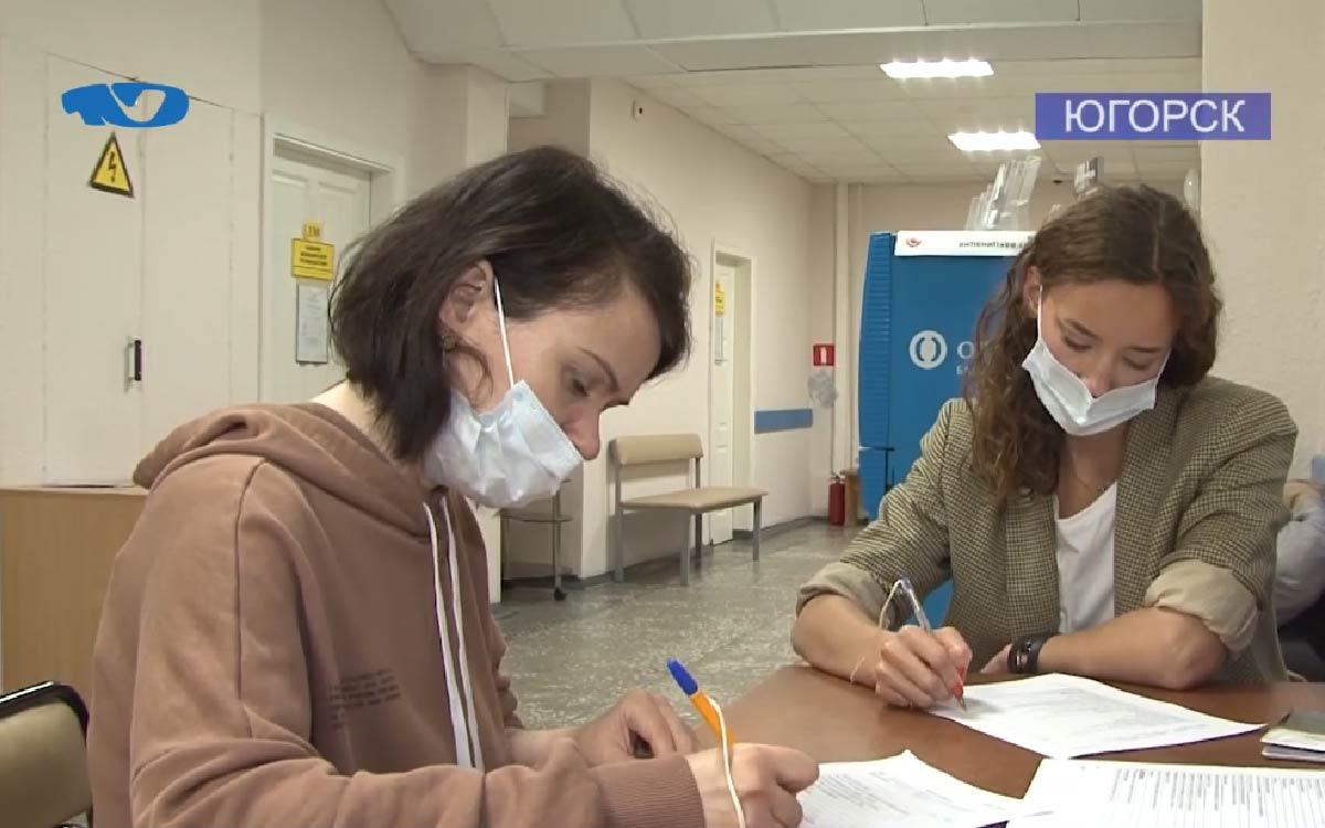 Ревакцинироваться и усилить иммунитет – в городской больнице продолжается прививочная кампания от коронавируса. На сегодняшний день жители, которые поставили укол более полугода назад, могут сделать это повторно. Этой возможностью уже воспользовались 235 человек. Среди тех, кто пришёл на повторную вакцинацию, корреспонденты газеты «Югорский вестник».