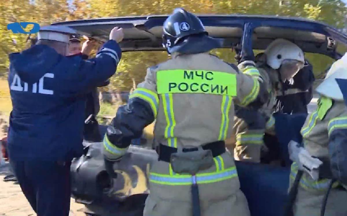 В Югорске прошли совместные с Госавтоинспекцией пожарно-спасательные учения по ликвидации последствий ДТП. По замыслу учений, пострадали оба водителя автомобилей, один из них оказался заблокированным в салоне.