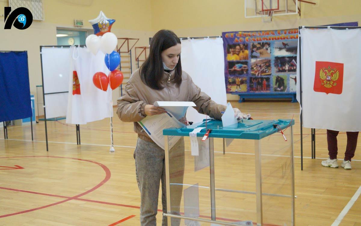 Второй день голосования – холодный и дождливый, но в избирательном участке № 162 в гимназии тепло, уютно и надежно – сотрудники полиции следят за порядком, у входа есть все необходимые средства защиты от коронавируса.
