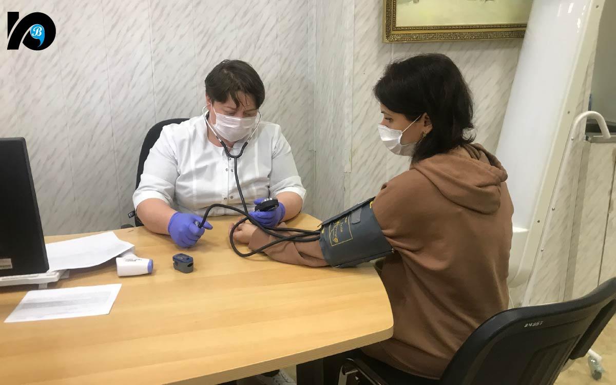 Непосредственно перед прививкой нам потребовалось всего несколько минут на стандартные процедуры – врачебный осмотр (с измерением давления, температуры и уровня насыщения кислородом крови) и заполнение добровольного согласия на вакцинацию.